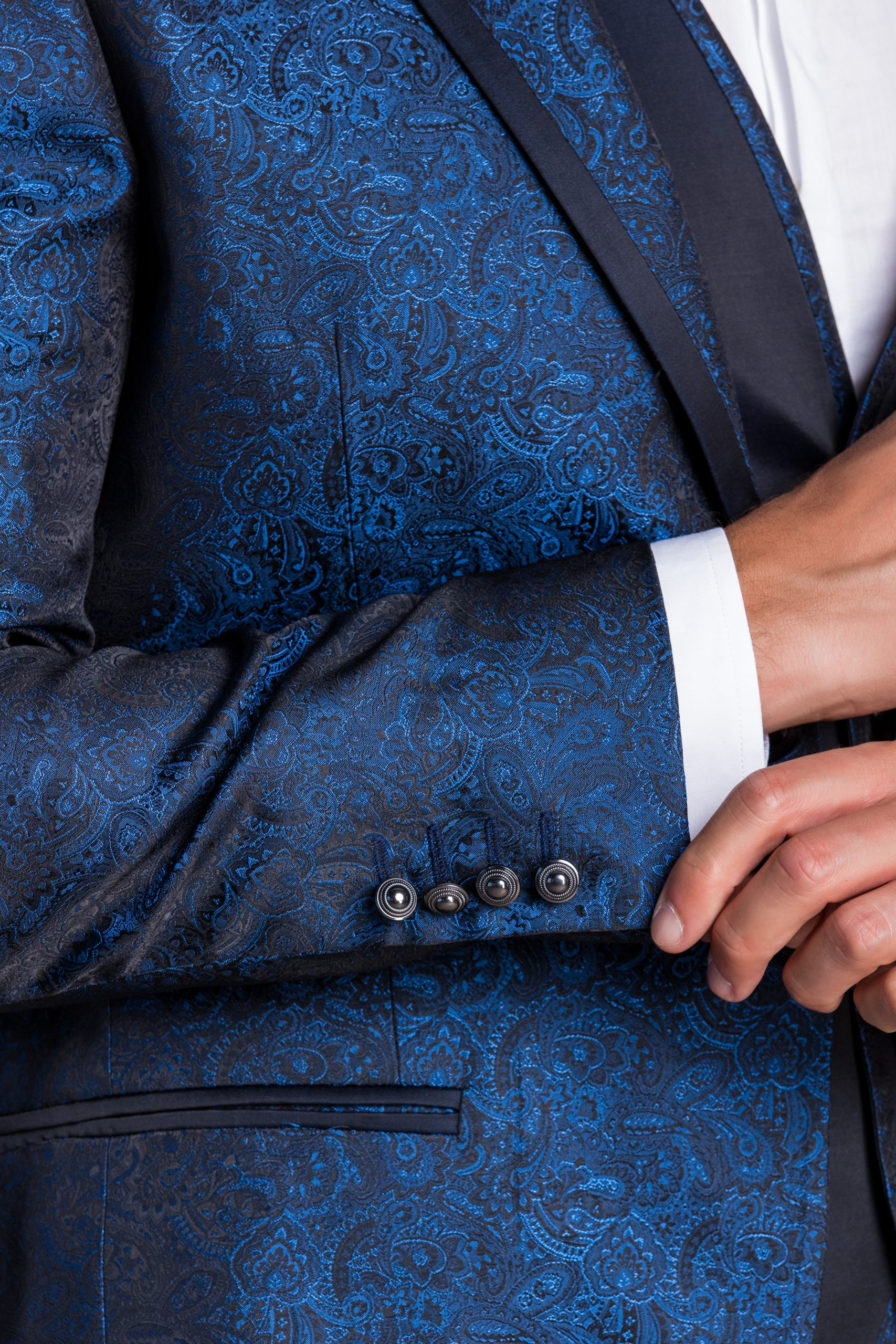 abito-damascato-petto-a-lancia-blu